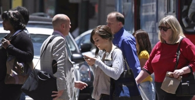 CAMERA cellphone user on busy sidewalk caminar-mirando-el-celular3
